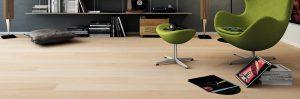 sedia verde su pavimento chiaro